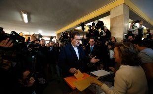 Le chef du gouvernement espagnol et leader du parti populaire (PP, conservateur), Mariano Rajoy, vote lors des élections législatives à Madrid, le 20 décembre 2015.