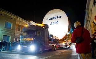 Illustration d'un convoi transportant des pièces de l'Airbus A380, dans  le village de Lévignac, en Haute-Garonne.