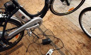 Un vélo électrique en démonstration, en septembre 2009, à l'hôtel de Ville de Paris.
