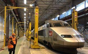 Le TGV Atlantique 389, qui a pris sa retraite début décembre, va être démantelé tout le mois de janvier au technicentre industriel de la SNCF à Rennes.