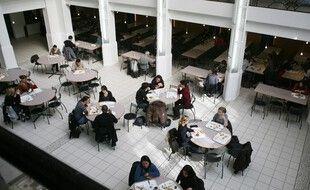 Des étudiants dans un restaurant universitaire à Paris (image d'illustration).