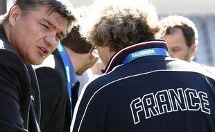 Le ministre des sports David Douillet (à g.) lors de sa visite en Nouvelle-Zélande auprès du XV de France de rugby, le 7 octobre 2011 à Auckland.