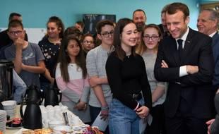 Emmanuel Macron dans un lycée qui distribue des petits-déjeuners. (archives)
