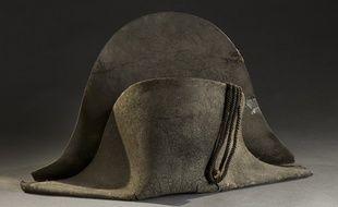 Ce chapeau de Napoléon, abandonné sur le champ de bataille de Waterloo, sera vendu aux enchères lundi 18 juin à Lyon.