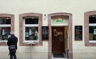 L'entrée du bar Les Savons d'Hélène, touché par l'attentat de Strasbourg ce mardi 11 décembre, où des roses ont été déposées sur les fenêtres.
