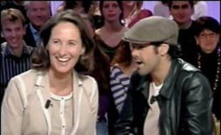"""Ségolène Royal a assisté vendredi soir à Paris à la dernière représentation du Jamel Comedy Show, le spectacle de Jamel Debbouze, où elle a été acclamée par le public et le comédien qui l'a fait monter sur scène en la surnommant """"Marie Poppins""""."""