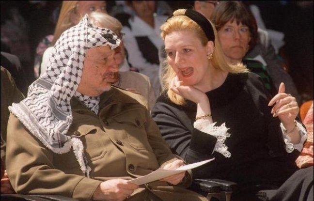 Un cabinet d'avocats parisien a annoncé mardi avoir été chargé par la veuve de Yasser Arafat de préparer une plainte après la découverte de quantités anormales de polonium sur des effets personnels de l'ex-dirigeant palestinien, qui a relancé la thèse d'un empoisonnement.