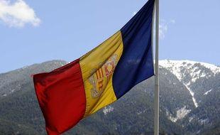 Le drapeau andorran flotte au-dessus de la principauté pyrénéenne.