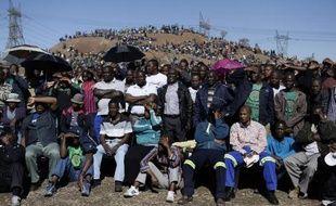 Des milliers de mineurs se sont rassemblés vendredi à la mine de Marikana, en Afrique du Sud, pour une journée de commémoration, un an après une fusillade policière qui y a fait 34 morts et 78 blessés, provoquant un véritable traumatisme.
