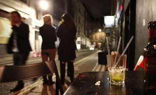 Illustration: Personnes dans la rue la nuit.