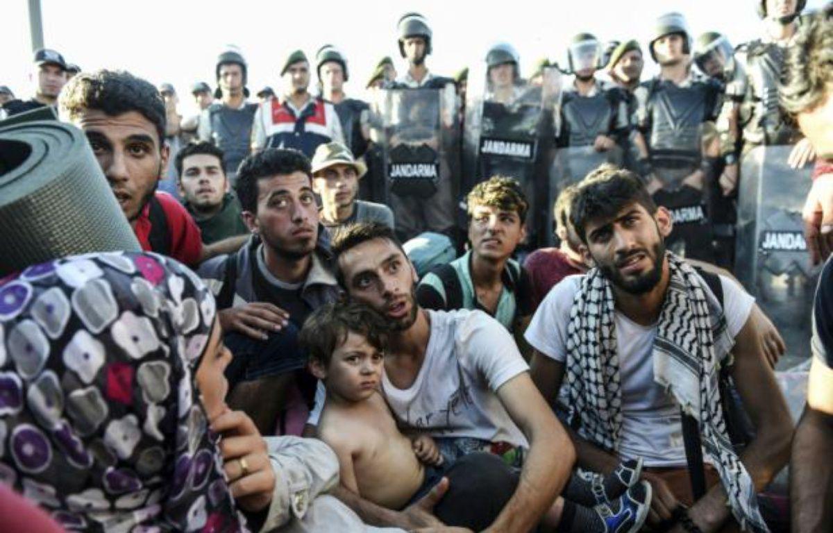 Des Syriens bloqués par la police turque les empêchant de poursuivre leur route vers la frontière grecque, à Edirne, le 19 septembre 2015 – BULENT KILIC AFP