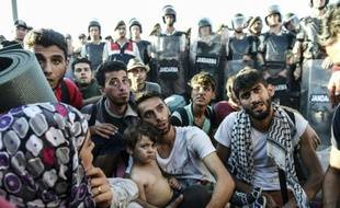 Des Syriens bloqués par la police turque les empêchant de poursuivre leur route vers la frontière grecque, à Edirne, le 19 septembre 2015