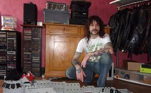 Georges Ricardbacker n'est pas passionné que de Lego. Il est aussi chanteur et bassiste d'un groupe de hard-rock, « Of Steel ».