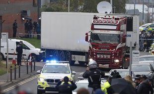 La police britannique escorte le camion frigorifique dans lequel 39 personnes ont été tuées en Angleterre, le 23 octobre 2019.