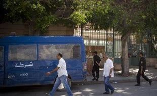 Le 19 septembre 2012. Après les messages hostiles de groupes salafistes  vus sur les réseaux sociaux, le gouvernement Tunisien a déployé  d'importantes forces de police autour de l'ambassade de France de Tunis.  L'ambassade sera fermée vendredi, jour de prière dans les mosquées.