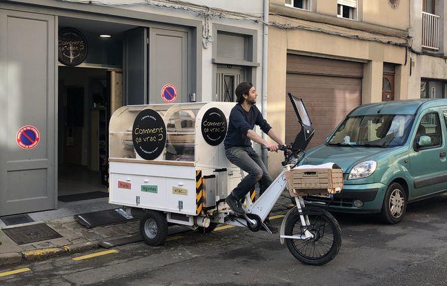 Le départ des vélos-épiceries pour la tournée dans un quartier de Lille.