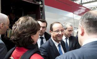 """Henri Guaino, ancien conseiller spécial de Nicolas Sarkozy, a jugé jeudi qu'il n'était pas """"très professionnel"""" de la part du président François Hollande de vouloir prendre le train, une solution plus coûteuse, selon lui."""