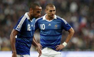 Les attaquants de l'équipe de France, Thierry Henry et Karim Benzema, lors du match France - Roumanie, le 5 septembre 2009 au Stade de France.