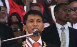 Andry Rajoelina, qui a pris les rênes du pouvoir à Madagascar, affirme dans une interview au Financial Times de lundi qu'il a le soutien de la population et refuse de céder à la pression de la communauté internationale qui réclame la tenue d'élections libres dans le pays.