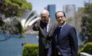 François Hollande accueilli par le gouverneur général Peter Cosgrove à son arrivée le 18 novembre 2014 à Sydney