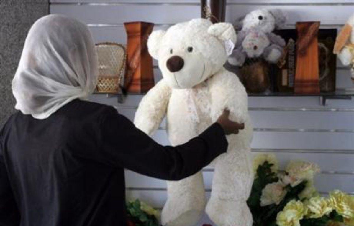 """L'enseignante britannique jugée au Soudan pour avoir permis à des élèves de nommer un ours en peluche Mahomet a été condamnée jeudi soir par un tribunal de Khartoum à 15 jours de prison et à l'expulsion """"pour insulte à l'islam"""", un jugement qui a été dénoncé par Londres. – Isam Al-Haj AFP"""