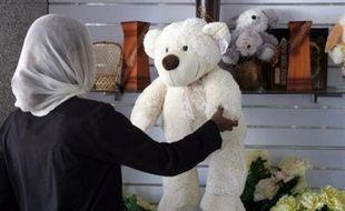 """L'enseignante britannique jugée au Soudan pour avoir permis à des élèves de nommer un ours en peluche Mahomet a été condamnée jeudi soir par un tribunal de Khartoum à 15 jours de prison et à l'expulsion """"pour insulte à l'islam"""", un jugement qui a été dénoncé par Londres."""