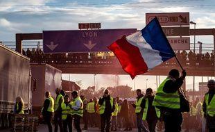 La manifestation des gilets jaunes au péage de Villefranche a fini par dégénérer en violences urbaines.