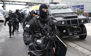 Un policier du RAID sécurise l'aéroport d'Orly, samedi 18 mars, après que des militaires de l'opération Sentinelle ont abattu un homme qui avait volé l'arme de l'un d'eux.