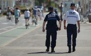 Deux officiers municipaux patrouillent sur la Promenade des Anglais de Nice (Alpes-Maritimes), le 18 juillet 2016.