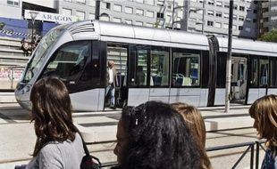 La voie de la ligne T1 du tramway longe de très près le lycée des Arènes.
