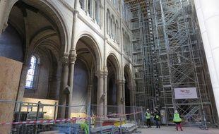 A l'intérieur de la basilique Saint-Donatien, sous la voûte fragilisée.