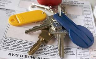 Remise d'un trousseau de clés lors de la location d'un logement.