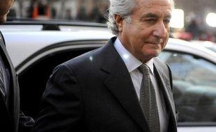 L'escroc Bernard Madoff arrive au tribunal lors de son procès à New York, en 2009