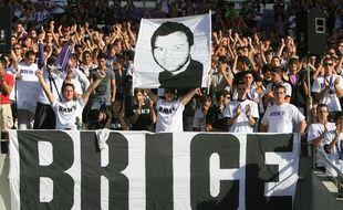 Les supporters du TFC saluent la mémoire de Brice Taton lors du match contre Lorient au Stadium de Toulouse, le 4 octobre 2009.