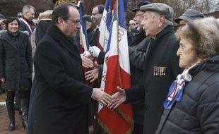 Avant de quitter l'île, François Hollande a déposé une gerbe au monuments aux morts de Saint-Pierre.