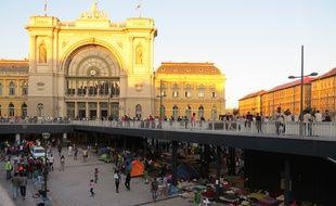 A l'entrée de la gare de Keleti, qui dessert les trains en partance pour l'Allemagne, des centaines de réfugiés attendent de pouvoir quitter la Hongrie.