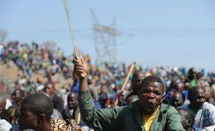 Le cours du platine a bondi vendredi à son plus haut niveau depuis plus d'un mois, alors que les affrontements meurtriers sur un site minier en Afrique du Sud avivaient les inquiétudes sur des perturbations prolongées de la production de métaux platinoïdes dans le pays.