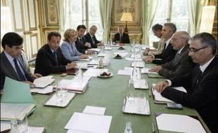"""Le président Sarkozy a annoncé lundi le report, probablement d'une semaine, de la présentation du projet de loi contesté sur l'université, afin d'""""arbitrer au besoin s'il y a des réticences ou des points à approfondir"""" avec les organisations syndicales."""