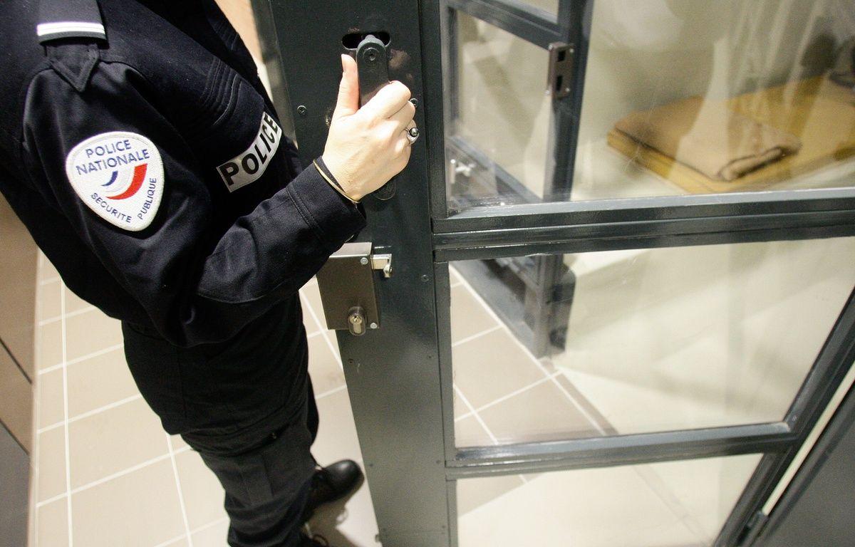 Un policier devant une cellule de garde à vue (Illustration) – FRED  SCHEIBER / 20 MINUTES