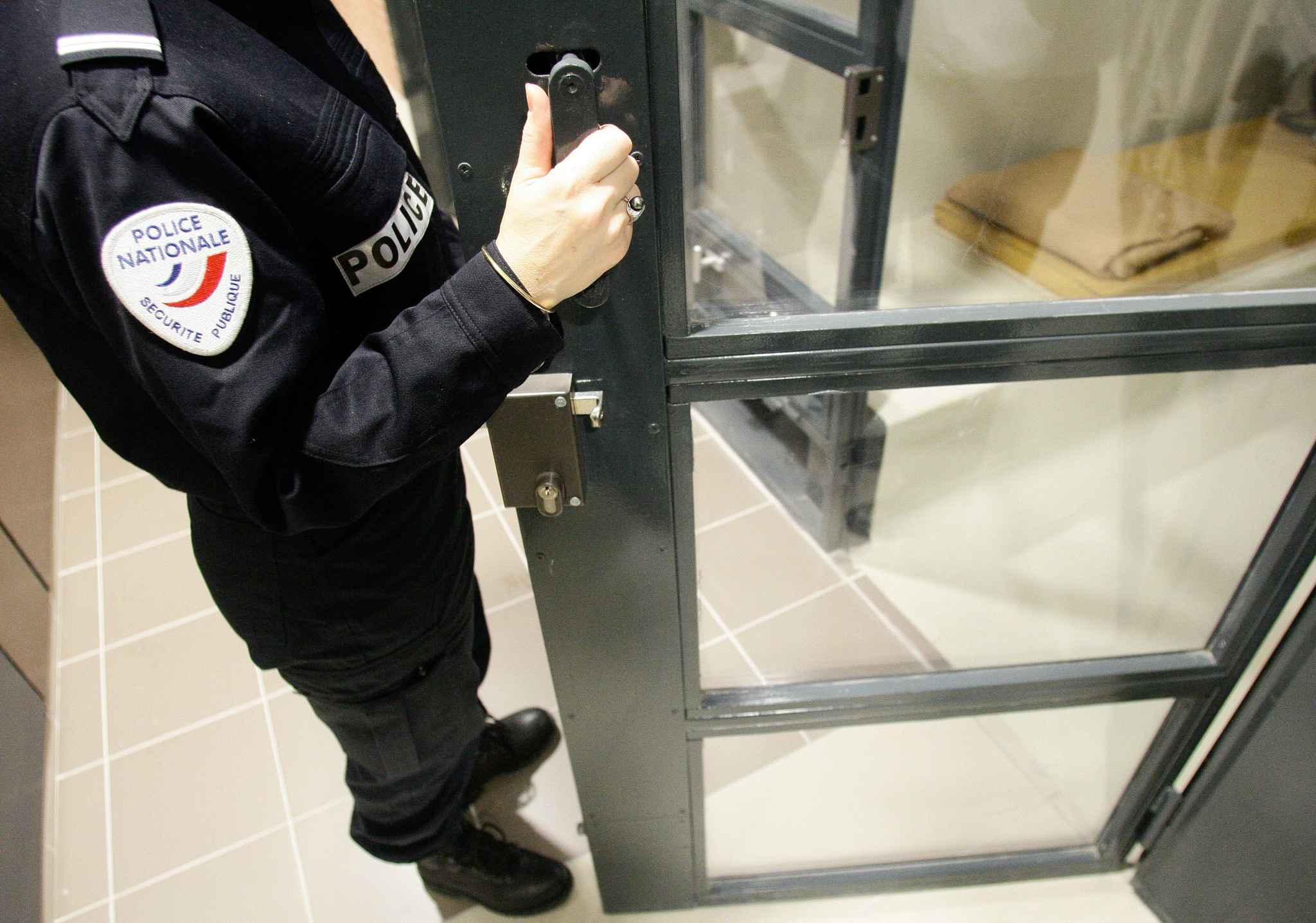 2048x1536-fit_un-policier-devant-une-cellule-de-garde-a-vue-illustration.jpg