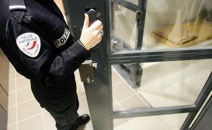 Un policier devant une cellule de garde à vue (Illustration)