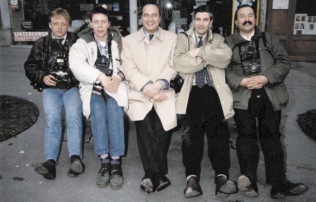 Jacques Chirac et des photographes, dont Christian Boyer (à droite de Jacques Chirac) couvrant la municipale de 1989 à Paris