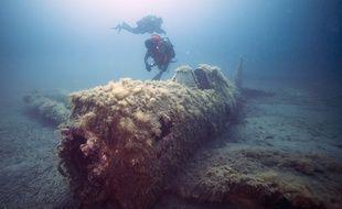 Illustration: Un plongeur explore l'épave d'un avion de la Seconde guerre mondiale près de la Corse.