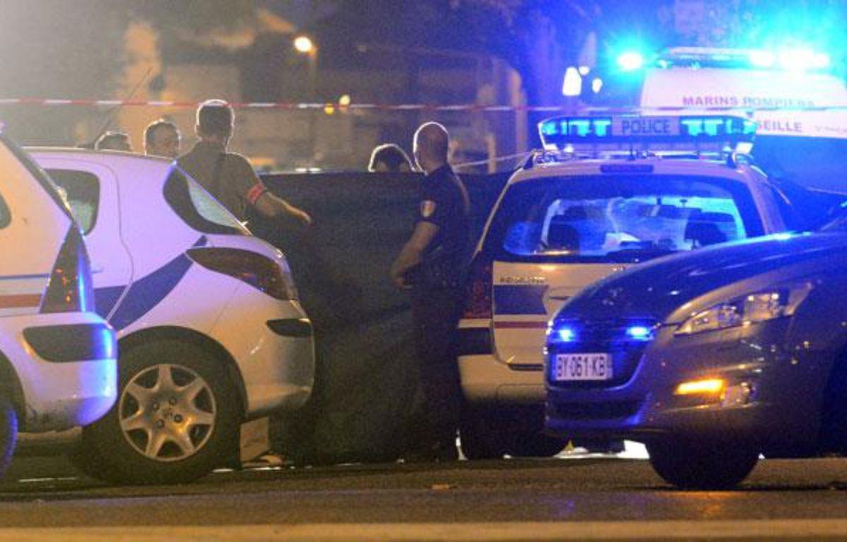 La police sur les lieux de la mort d'un jeune homme de 25 ans dans un règlement de comptes, à Marseille, le 30 août 2012. – G.JULIEN / AFP