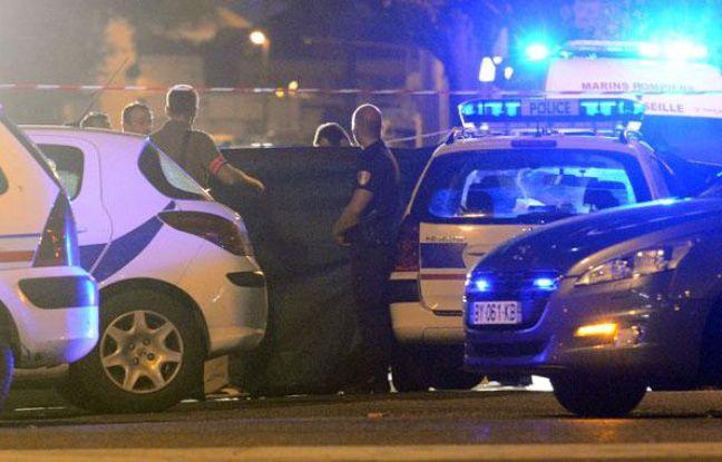 La police sur les lieux de la mort d'un jeune homme de 25 ans dans un règlement de comptes, à Marseille, le 30 août 2012.