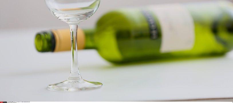Illustration d'une bouteille vide et d'un verre à vin