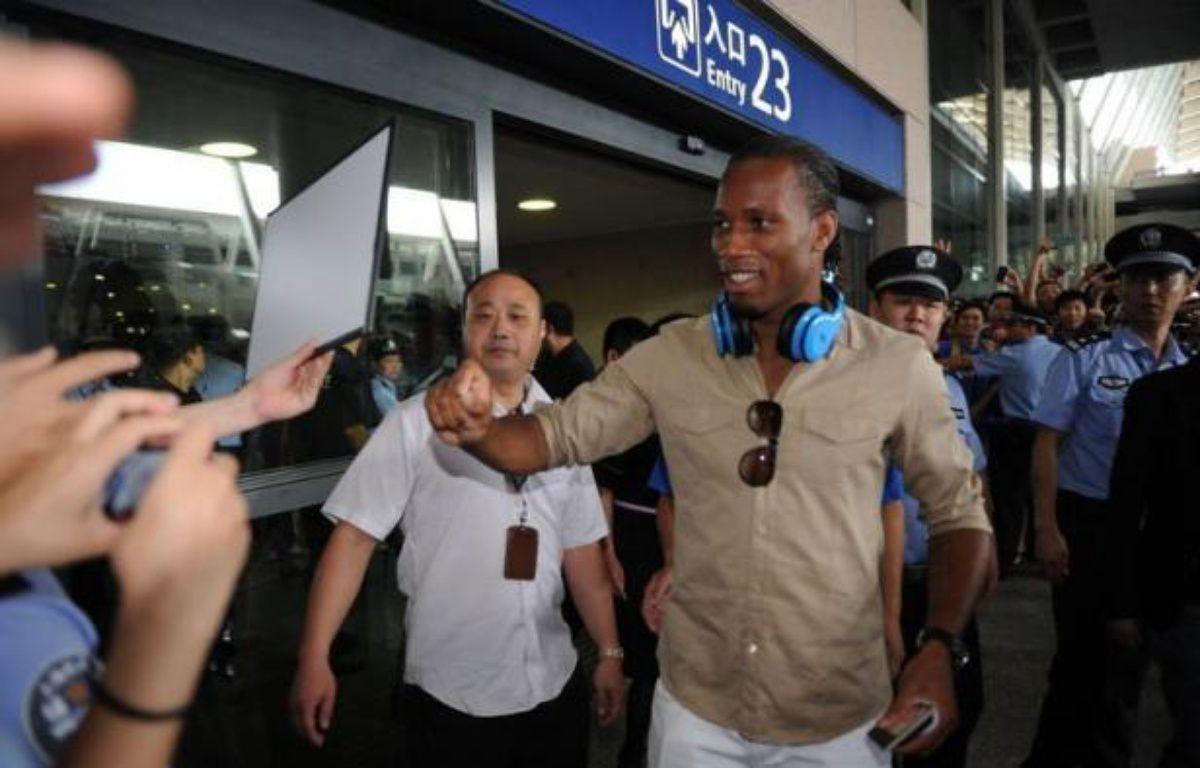 L'international ivoirien Didier Drogba a été accueilli samedi par environ 750 fans en liesse à son arrivée à Shanghai, où il a signé un contrat de deux ans et demi qui devrait faire de lui l'un des joueurs les mieux payés au monde. – Peter Parks afp.com