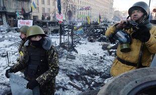Des manifestants bloquent une rue dans le centre de Kiev le 31 janvier 2014.