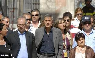 L'acteur George Clooney visite le centre historique de L'Aquila, en Italie, le 9 juillet 2009.