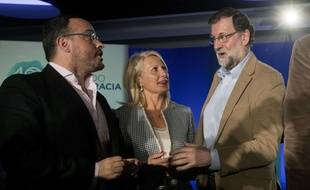 Mariano Rajoy, le Premier ministre espagnol (à droite), entouré de Maria Angels Olmedo et Alejandro Fernandez